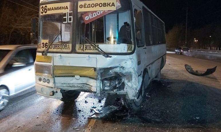 В Челябинске автоледи в лобовую протаранила маршрутный Пазик. Травмы получила пассажирка обществе