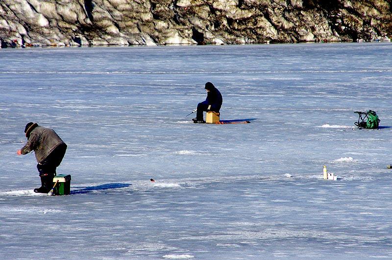 Как сообщили агентству «Урал-пресс-информ» в Челябинской службе спасения, лежащего на льду мужчин
