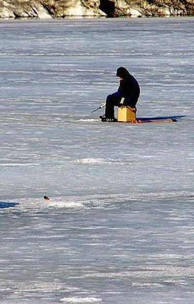 Рыбак из Нижнего Атляна стал жертвой тонкого льда. Глубина, на которой он провалился в полынью, б