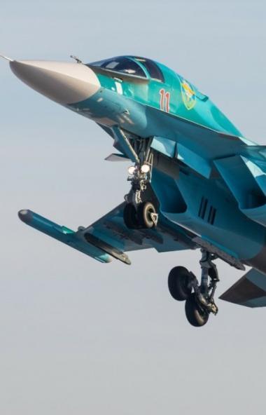 Экипажи многофункциональных истребителей-бомбардировщиков Су-34 смешанной авиационной дивизии Цен