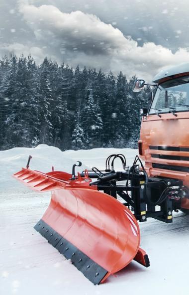 Федеральную трассу М-5 «Урал» в Челябинской области засыпало снегом. Обильные осадки шли сегодня