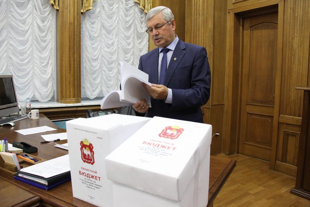 Многостраничный документ был доставлен в канцелярию регионального парламента во вторник, 31 октяб