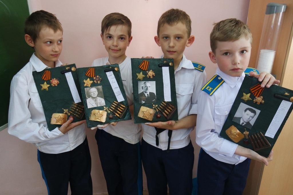 Челябинские кадеты - 29 второклассников школы №15 – в преддверии 9 Мая своими руками создали «пис