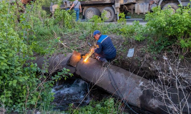 Ремонтные работы на месте повреждения трубы центрального водовода в Коркино (Челябинская область)
