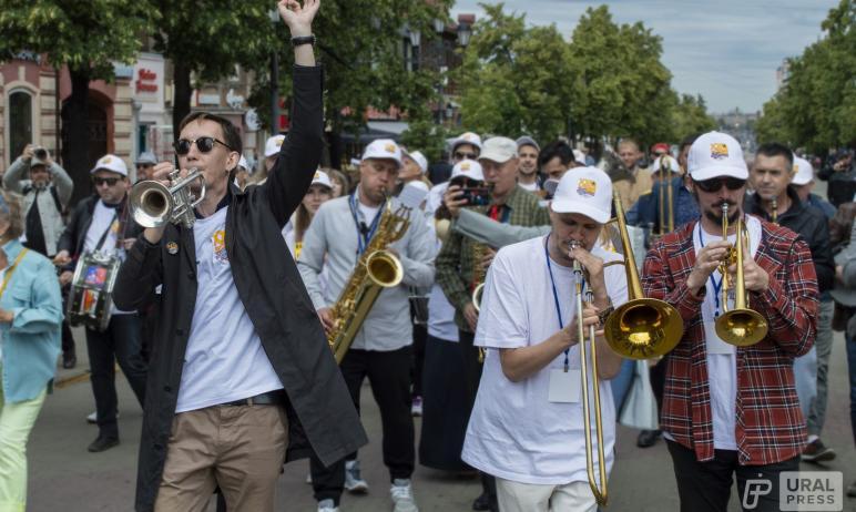 Сегодня, 19 июня, в Челябинске на пешеходной части улицы Кирова прошел стрит-парад джазовых музык
