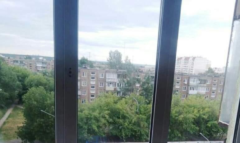 В Челябинске прохожие заметили стоящего на карнизе четвертого этажа маленького ребенка и быстро в