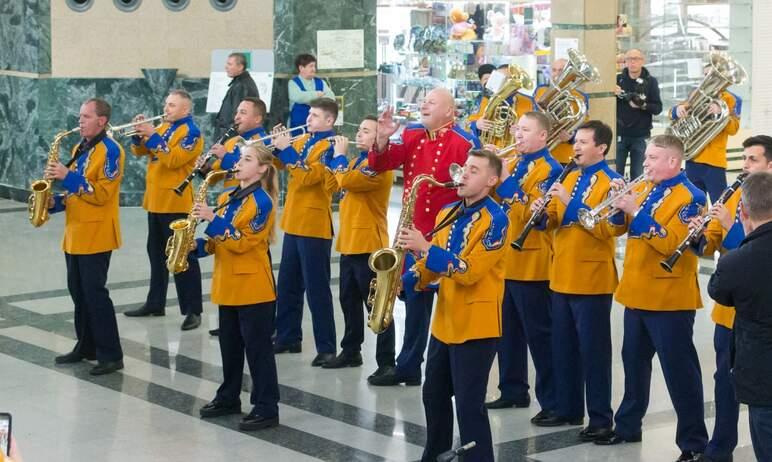 Сегодня на железнодорожном вокзале Челябинск состоялось выступление оркестра «Уралбэнд», приуроче