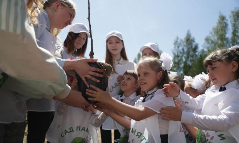 Карабаш (Челябинская область) присоединился к международной акции «Сад памяти». Первые деревья в
