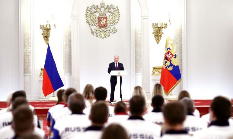 ВГеоргиевском зале Большого Кремлёвского дворца президент России Владимир Путин встретился