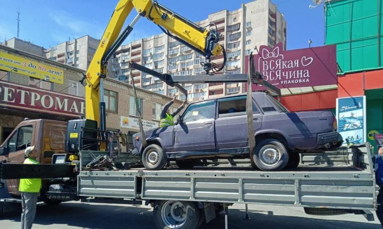 В Челябинске с площади МОПРа вывезли автомобиль ВАЗ, который долгое время стоял на парковке, сооб