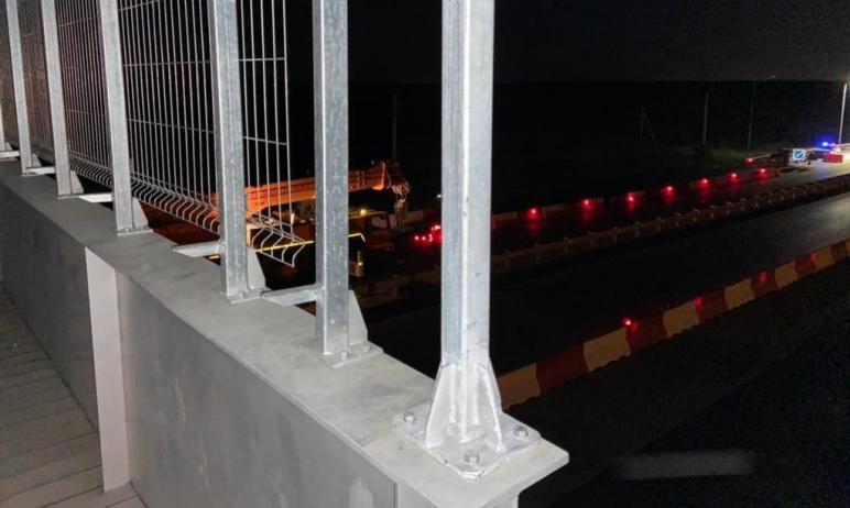 В ночь с 20 на 21 мая дорожники установили надземный пешеходный переход на автодороге в районе ко