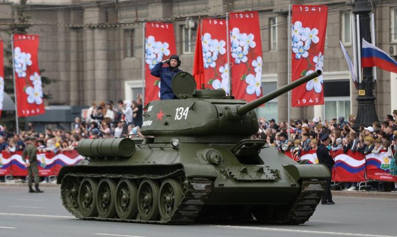 В Челябинске девятого мая на площади Революции состоялось торжественное построение челябинского г