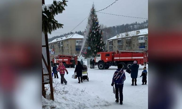 В воскресенье, третьего января, в Миньяре (Челябинская область) пожарным пришлось тушить главную
