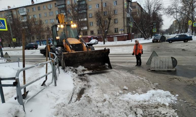 В пятницу, пятого февраля, автомобилистов попросили не создавать помех снегоуборочной технике, ко