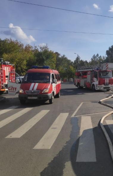 Пожарные Челябинска ликвидируют пожар на кровле высотного дома. На крыше обнаружены два газовых б