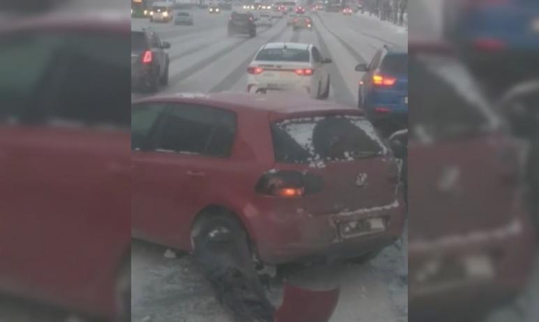 Сегодня утром, 14 января, в центре Челябинска произошло массовое столкновение легковых автомобиле