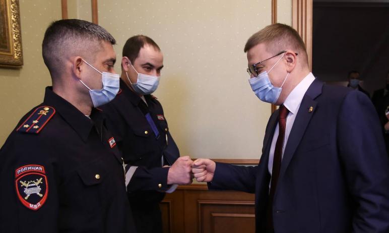 Губернатор Челябинской области Алексей Текслер вручил награды сотрудникам ДПС, которые, рискуя со
