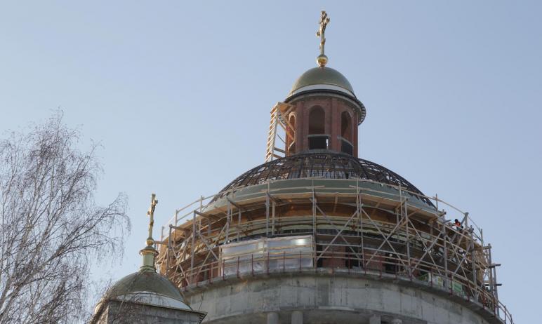 В Челябинске начали облицовку главного купола кафедрального собора Рождества Христова, строящегос