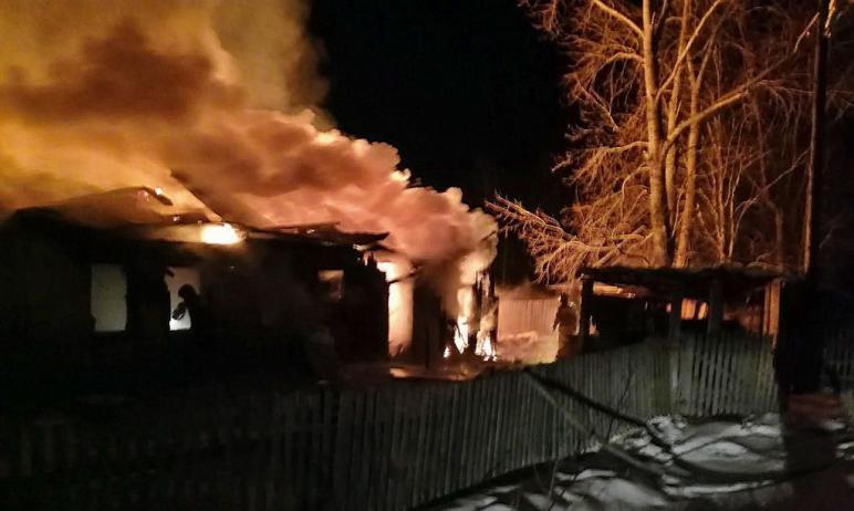 В поселке Каменная речка (Троицкий район, Челябинская область) огонь уничтожил дом, сарай и баню