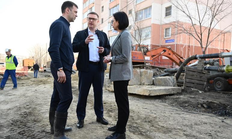 Жителям дома №7 по улице Куйбышева в Челябинске, возле которого образовался огромный провал грунт