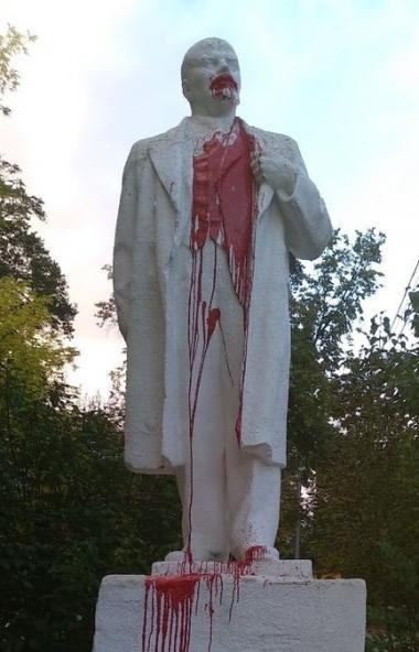 Памятник Владимиру Ленину осквернен в Миассе (Челябинская область). Полиция ищет вандалов.