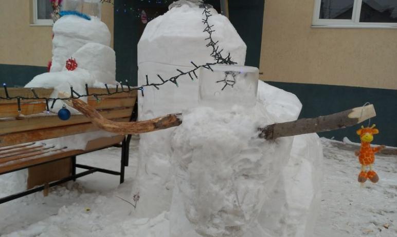 В Магнитогорске (Челябинская область) мужчина вылепил из снега Деда Мороза, Снегурочку и символ Н