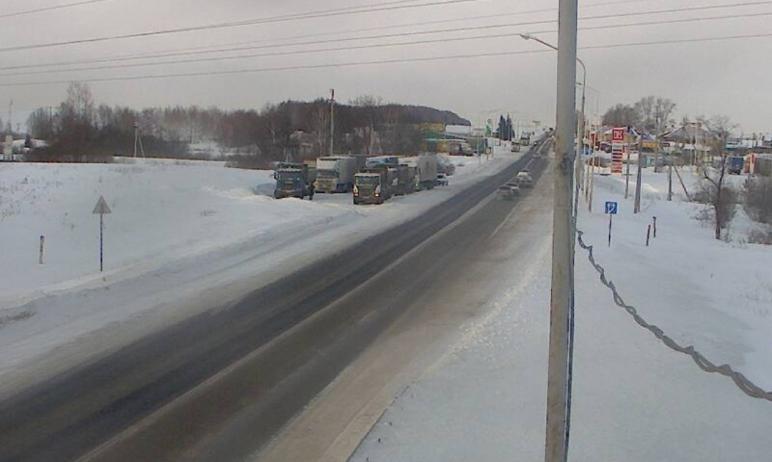 В Челябинской области на федеральной трассе М-5 «Урал» на ряде участков заторы из-за снегопадов и