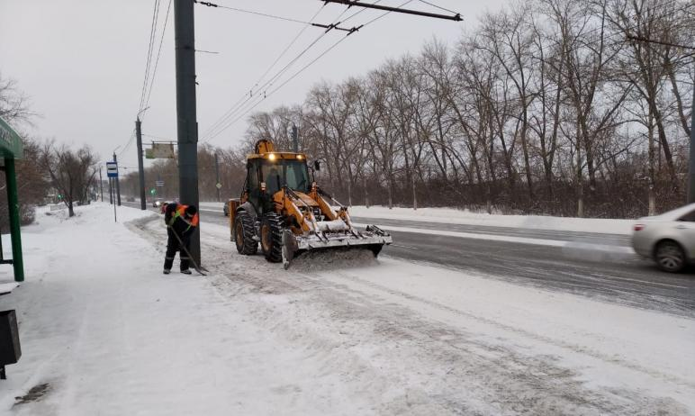 Дорожные службы Челябинска продолжают работу по очистке улично-дорожной сети города от снега. Сод