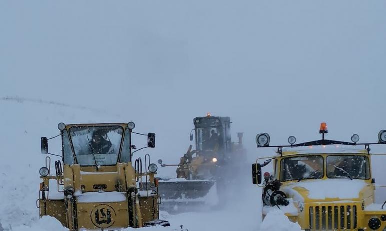 В Челябинске дорожники продолжают уборку дорог от снега и наледи. Дороги находятся в проезжем сос