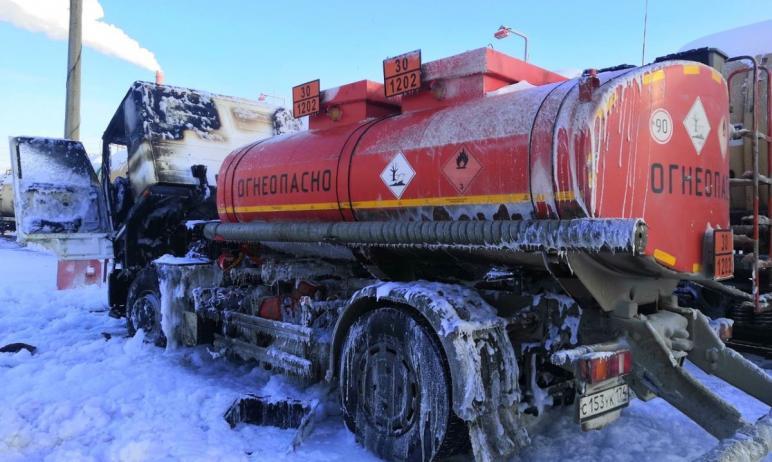 Огнеборцы Челябинска предотвратили крупный пожар в областном центре. На ходу вспыхнул бензовоз, к