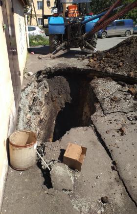 Глубокая яма образовалась около одного из домов в поселке Роза (расположен на бортах Коркинского