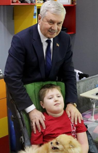 Десятилетний мальчик из Челябинска Лева Золотухин, частично парализованный после несчастного случ