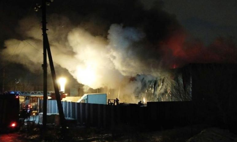 В ночь с 31 декабря на первое января вспыхнул склад в промзоне Магнитогорска (Челябинская область