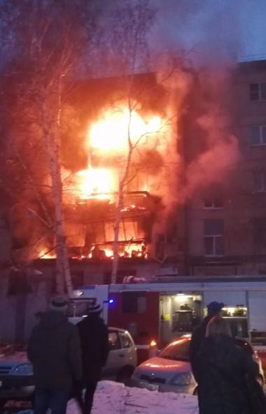 В результате взрыва в жилом доме Магнитогорска погибли женщина и 14-летний подросток. Двое детей