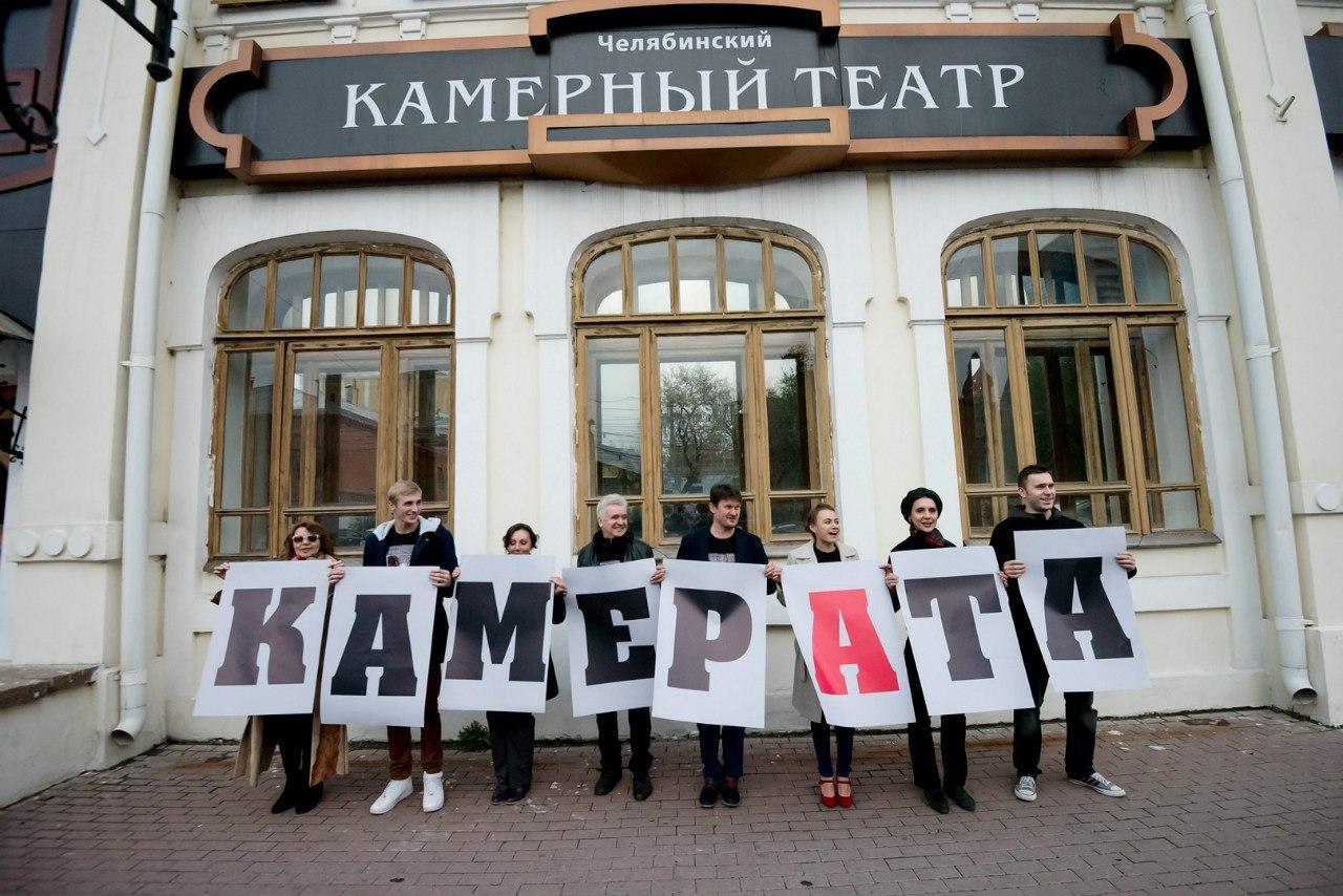 Перед началом официального открытия актеры театра в разных местах города читали стихи и выступали