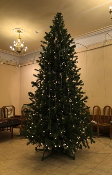 Сегодня, 16 декабря, в фойе Камерного театра Челябинска установили новогоднюю четырехметровую елк