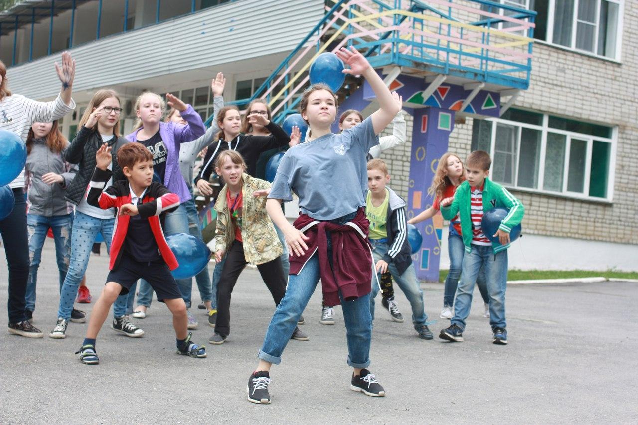Первая смена детского лагеря пройдет с 30 мая по 19 июня для школьников 8-11 лет. Вторая смена со