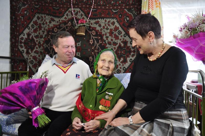 Зинаида Степановна радушно встретила гостей и пригласила их к столу. Несмотря на почтенный