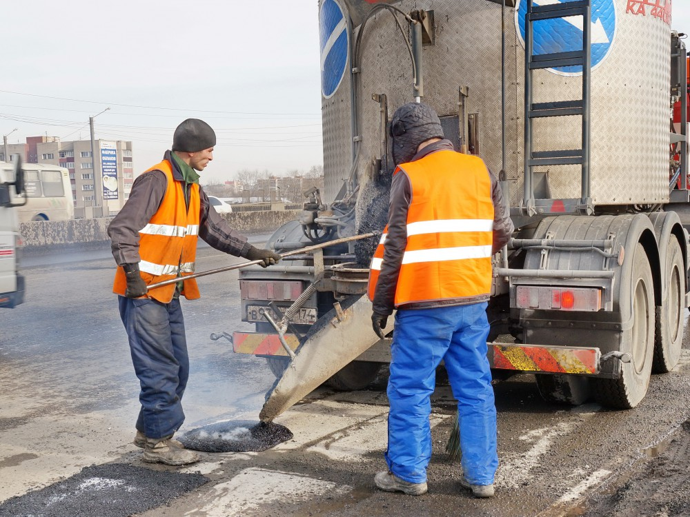 Челябинские дорожники приступили к ямочному ремонту. В настоящее время они заделывают только самы