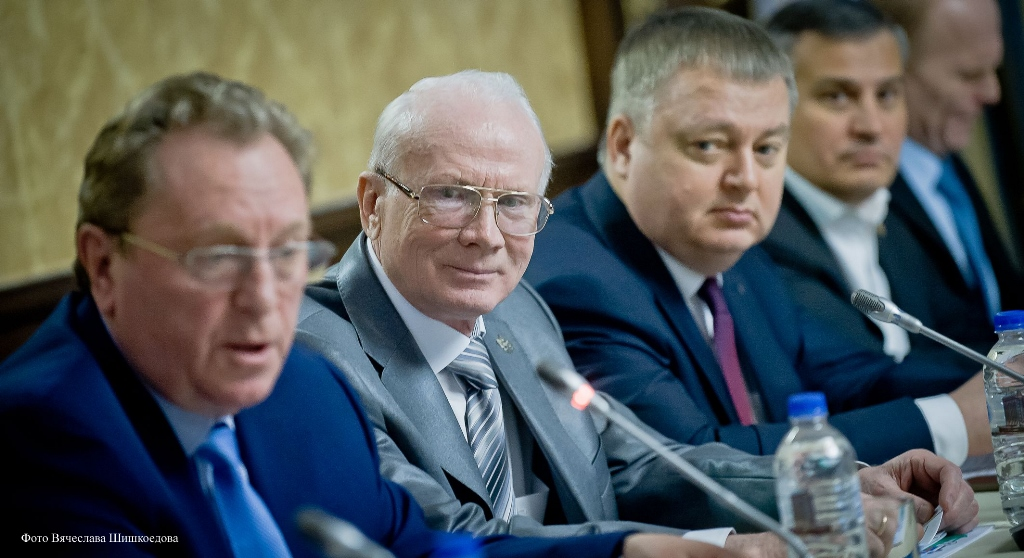 Провел заседание председатель совета Южно-Уральской торгово-промышленной палаты Виктор Корман.
