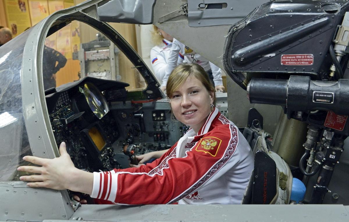 Как сообщает пресс-служба ЦВО, курсанты на аэродроме ознакомили спортсменку с учебно-боевыми само