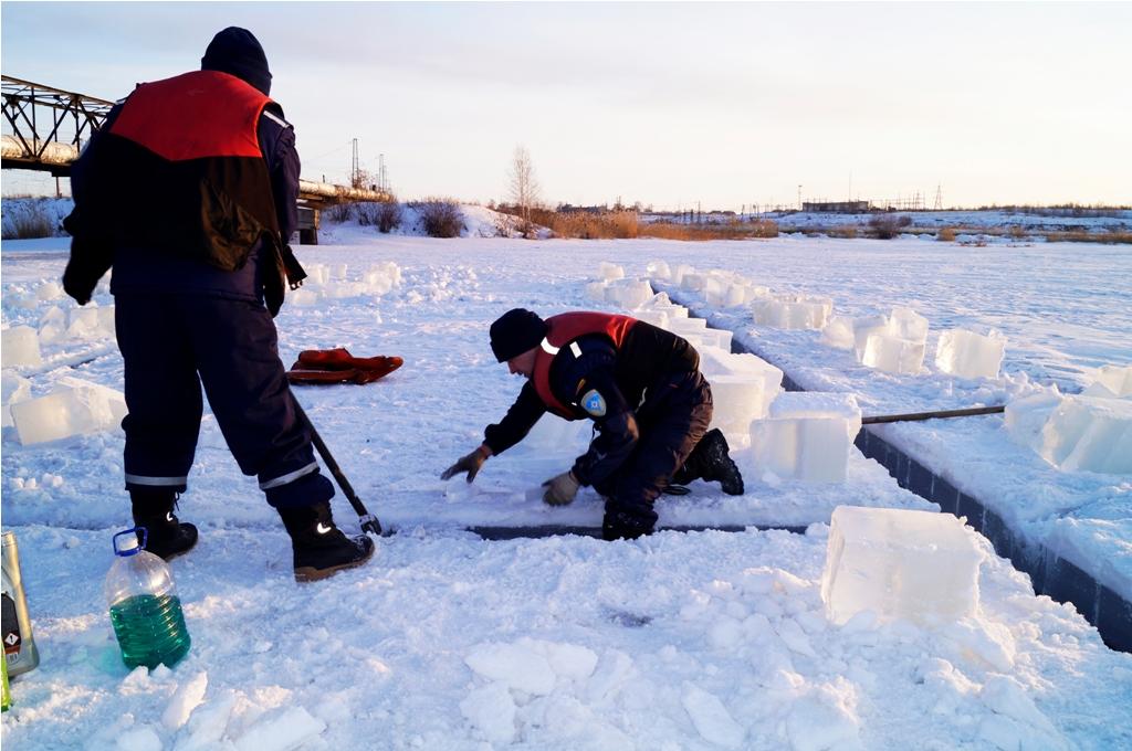 С помощью специального станка спасатели распилили ледяной покров на глубину около 50-60 см площа