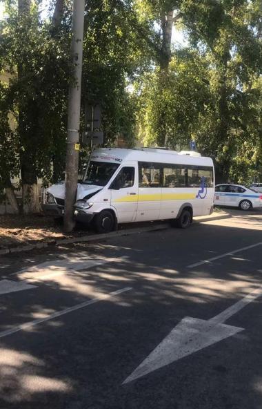 В Челябинске водитель маршрутного такси не справился с управлением и врезался в электроопору. Пос