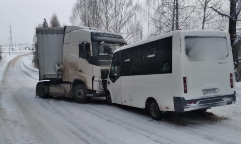 В Усть-Катаве (Челябинская область) столкнулись маршрутка и грузовой автомобиль. Девять человек п