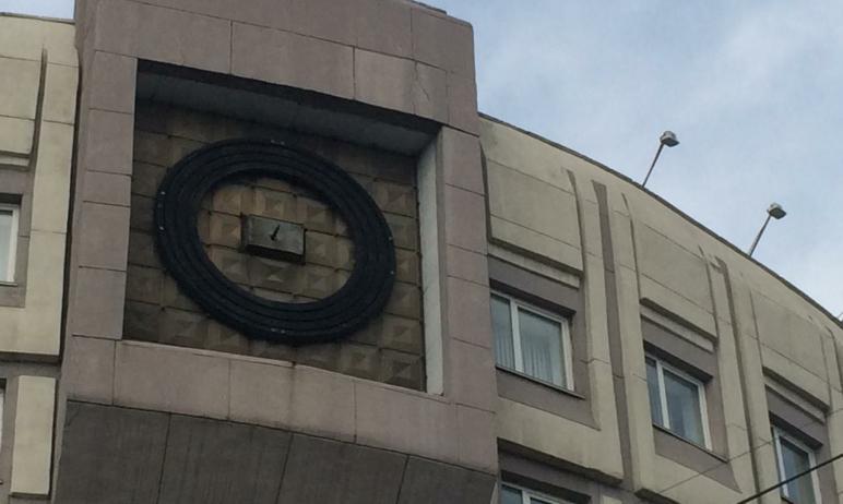 В Челябинске в настоящее время проводится восстановление внешних элементов фасадных часов на здан