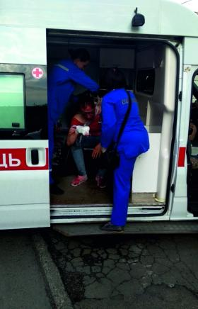 Двух человек госпитализировали в больницу после массовой драки в Челябинске. В ход шли не только
