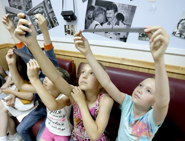 В специально оборудованном помещении будет воссоздана фотомастерская советского времени. На протя