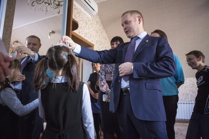 Напомним, благодаря депутату семью обрели три девочки и шесть мальчиков: сестры Виктория и Анаста