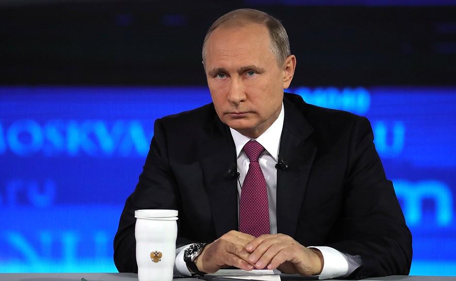 Владимир Путин, прежде всего, похвалил Порошенко за хорошее знание русской литературы. Он напомни