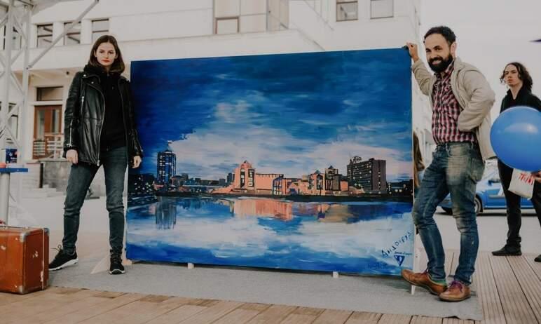На Кировке жители города нарисовали двухметровую открытку, посвященную Челябинску. Акцию организо